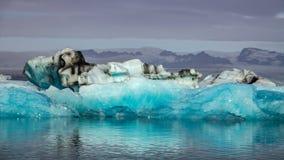 Błękita lodowy unosić się na jeziorze, Iceland zdjęcie royalty free