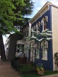 Błękita Narożnikowy dom miejski w wiośnie zdjęcia stock