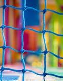 Błękita netto zbliżenie w dziecka boisku Kolorowy plastikowy backgr Zdjęcie Stock