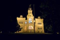 Błękita okręgu administracyjnego Ziemski gmach sądu przy nocą Obrazy Stock
