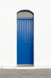 Błękita przesmyka szalunku drzwi na białym tle Fotografia Stock