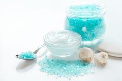 Błękita set dla skąpania z solą i skorupy na bielu zgłaszamy tło Zdjęcia Stock