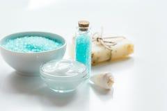 Błękita set dla skąpania z solą i skorupy na bielu zgłaszamy tło Fotografia Stock
