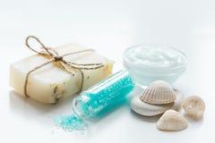 Błękita set dla skąpania z solą i skorupy na bielu zgłaszamy tło Obraz Royalty Free