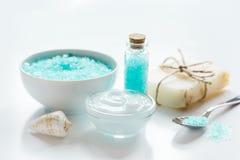Błękita set dla skąpania z solą i skorupy na bielu zgłaszamy tło Zdjęcie Royalty Free