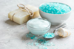 Błękita set dla skąpania z solą i skorupy na kamieniu zgłaszamy tło Zdjęcie Stock
