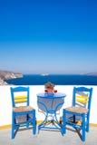 Błękita stół na śródziemnomorskim balkonie z ładnym widokiem i krzesła fotografia stock