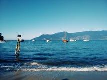 Błękita wybrzeże z łodziami w Brazylia fotografia royalty free
