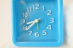 Błękita zegar w bielu Fotografia Royalty Free