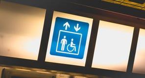 Błękita znak na jaskrawym tła wskazywania dostępie dźwignięcia obraz stock