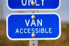 Błękita znak z Van Dostępny tekstem na parking terenie dla niepełnosprawnych ludzi fotografia stock