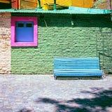 Błękitna ławka przeciw zieleni ścianie, los angeles Boca, Caminito, Buenos Aires Fotografia Stock