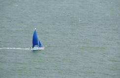 Błękitna żagiel łódź w oceanie Obrazy Stock