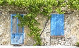 Błękitna żaluzja z starym drzwi w Provence. obraz stock