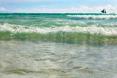 Błękitna żeglowanie łódź na błękitnym morzu Fotografia Royalty Free