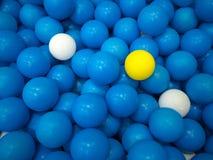 Błękitna balowa tło koloru żółtego piłka Zdjęcia Stock