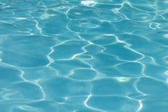Błękitna basen woda z słońc odbiciami Zdjęcia Stock