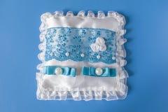 Błękitna biała poduszka dla obrączek ślubnych zdjęcie stock