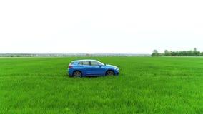 Błękitna BMW x2 odznaki 2018 osłona, logo na zieleni pola antenie strzelał widok 08 10 2108 Lviv Ukraina zdjęcie wideo