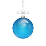 Błękitna Bożenarodzeniowa piłka na srebnym faborku Fotografia Stock