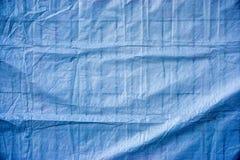 Błękitna brezentowa pokrywa na ogrodzeniu Zdjęcia Stock