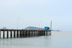 Błękitna buda na starym drewnianym molu port morski Zdjęcia Royalty Free