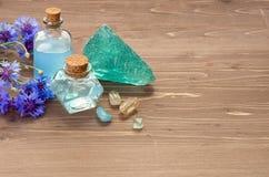 Błękitna chabrowa kwiat woda w, zdrój na drewnianym brązu tle lub, fotografia stock