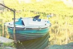 Błękitna drewniana łódź w parkowym stawie na słonecznym dniu Zdjęcie Royalty Free