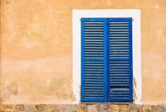 Błękitna drewniana nadokienna żaluzja śródziemnomorski dom, zakończenie obrazy royalty free