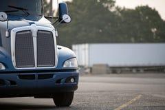 Błękitna duża takielunku semi ciężarówka z chromu grilla pozycją na szerokim parki fotografia royalty free