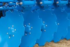 Błękitna dysk brony przyczepa dla Uprawia ziemię ciągnika Zdjęcie Royalty Free
