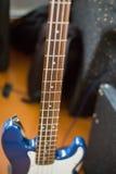 Błękitna elektryczna basowa gitara na podłoga Obraz Stock