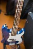 Błękitna elektryczna basowa gitara na podłoga Obrazy Royalty Free