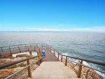 Błękitna falezy ścieżka i morze zdjęcia royalty free