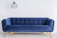 Błękitna fantazi lampa i kanapa Zdjęcia Royalty Free