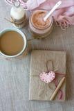 Błękitna filiżanka kawy w Trykotowym pulowerze, domowej roboty jagodowy jogurt Zdjęcia Royalty Free