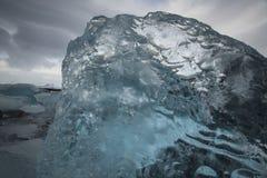 Błękitna góra lodowa na Jokulsarlon plaży, Iceland Zdjęcia Royalty Free