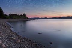Błękitna godzina na jeziorze z gwiazdami fotografia royalty free