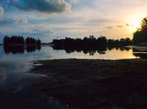 Błękitna godzina natury odbicie na jeziorze zdjęcia stock