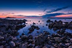 Błękitna godzina przy morzem w Sardinia zachodnim wybrzeżu, Włochy zdjęcia stock