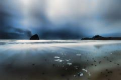 Błękitna godzina przy przylądkiem Kiwanda w Pacyficznym mieście na Oregon wybrzeżu fotografia royalty free