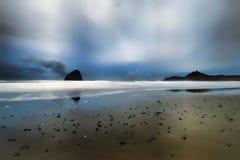 Błękitna godzina przy przylądkiem Kiwanda w Pacyficznym mieście na Oregon wybrzeżu zdjęcia royalty free