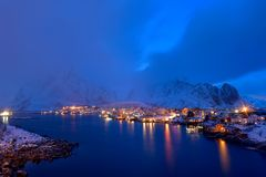 Błękitna godzina w Reine, Lofoten archipelag, Norwegia w zima czasie, wodny reflexion w Hamnoy fotografia stock