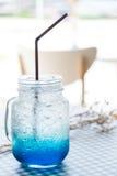 Błękitna Hawaii soda na stole w sklep z kawą kawiarni Obrazy Stock