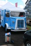 Błękitna i biała klasyczna Francuska furgonetka CITROEN Pisać na maszynie H blisko Morskiego centrum Vellamo Frontowy widok zdjęcie stock