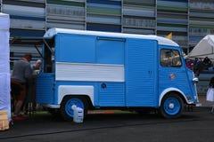 Błękitna i biała klasyczna Francuska furgonetka CITROEN Pisać na maszynie H blisko Morskiego centrum Vellamo Prawy widok obraz royalty free