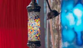 Błękitna i czerwona indycza żarówka na ulicie zdjęcie royalty free