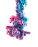 Błękitna i fiołkowa atramentu koloru kropla podwodna Zdjęcie Royalty Free