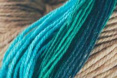 Błękitna i zielona dziewiarskiej przędzy piłka Obrazy Royalty Free