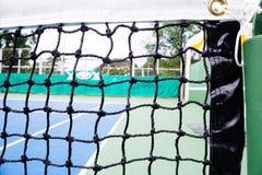 Błękitna i zielona tenisowego sądu powierzchnia, Tenisowa piłka na polu obrazy stock